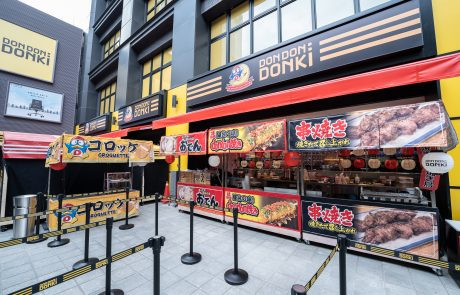 5-1. 於日本美食區除了販售在多個地區掀起熱潮的烤甜蕃薯外,還有Don Don燒、關西煮、串燒等暖心即食商品。(圖片由DON DON DONKI提供)
